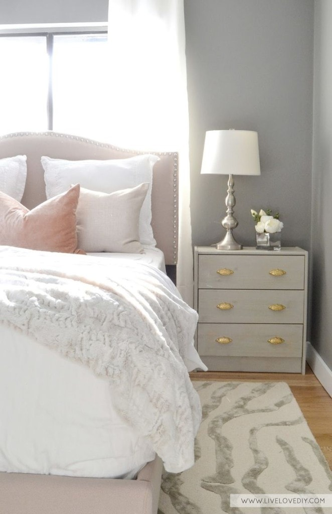 Blush, gold and grey work together seamlessly in this cute bedroom.