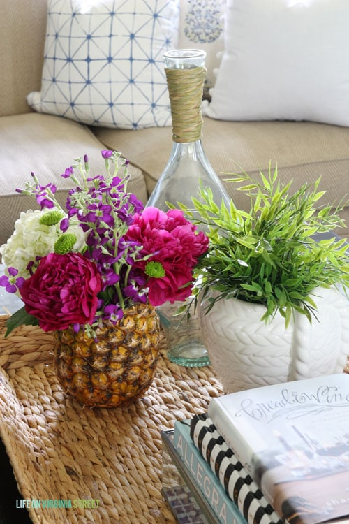 Loving this fresh pineapple vase in this summer living room!