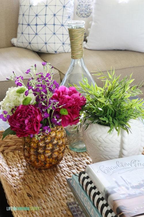 Loving this fresh pineapple vase in this summer living room!