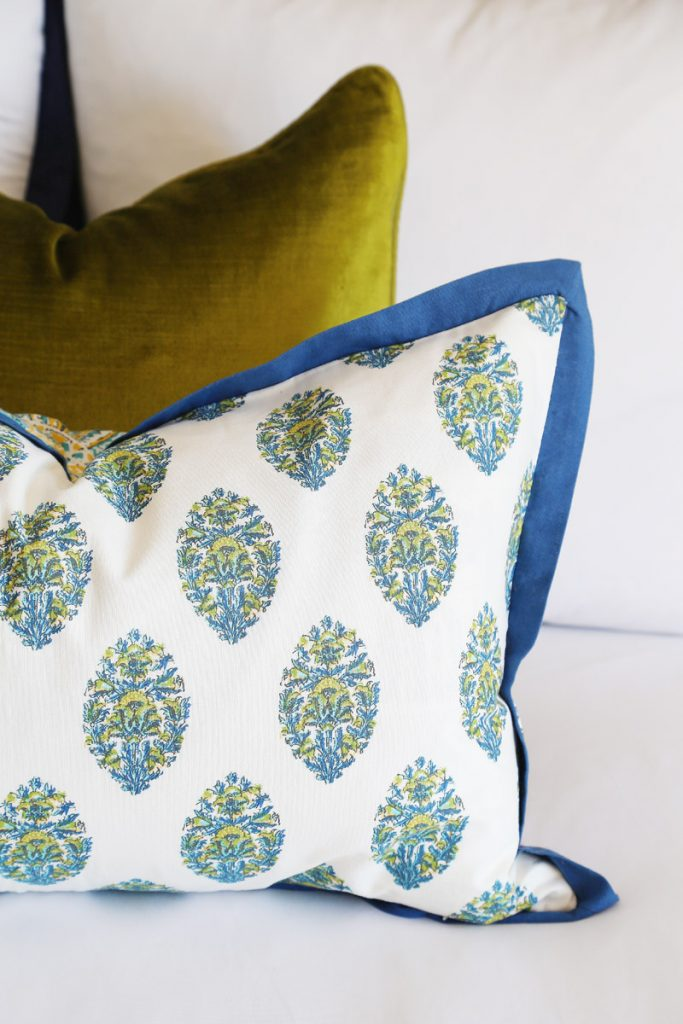 blue-and-chartreuse-paisley-guest-bedroom-pillows-for-fall