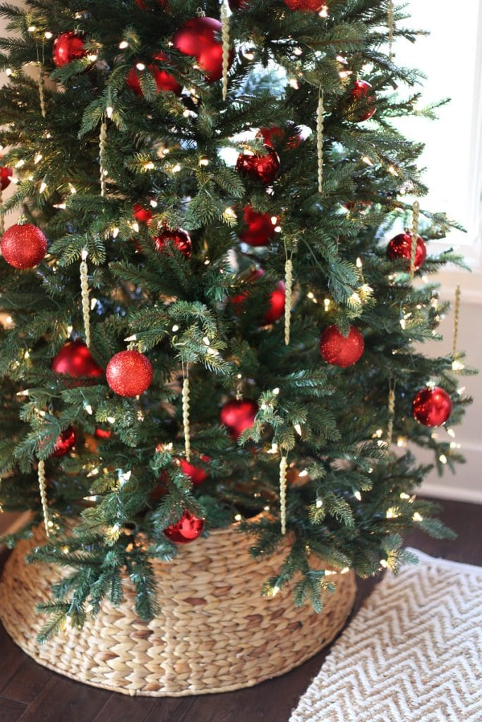 dining-room-christmas-tree-with-red-ornaments