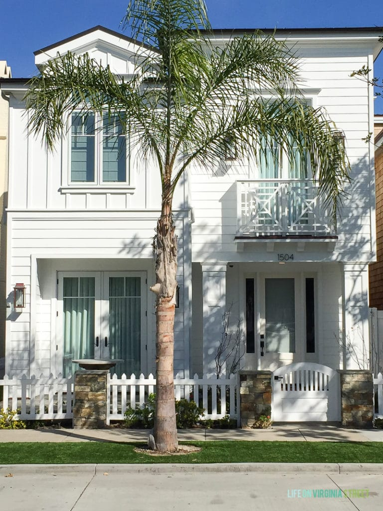 The all white exterior paint trend in Southern California is just my style. I think I finally convinced Kurtis that we should paint our house white!